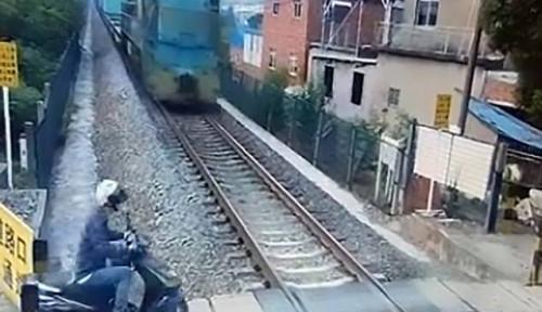 Foto Horor! Video Detik-detik Pengendara Motor di China Ditabrak Kereta dan Masih Hidup