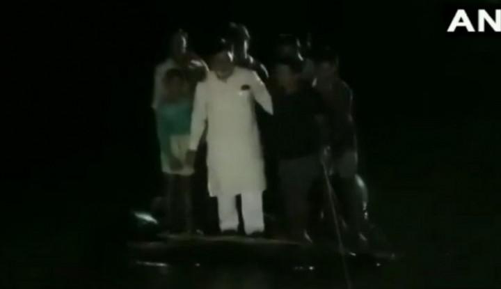 Video: Perahu Anggota Dewan India Terbalik Saat Kunjungi Wilayaj Banjir - Warta Ekonomi