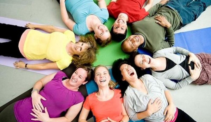 Kini Ada Yoga Tertawa, Apa Manfaatnya untuk Kesehatan? - Warta Ekonomi
