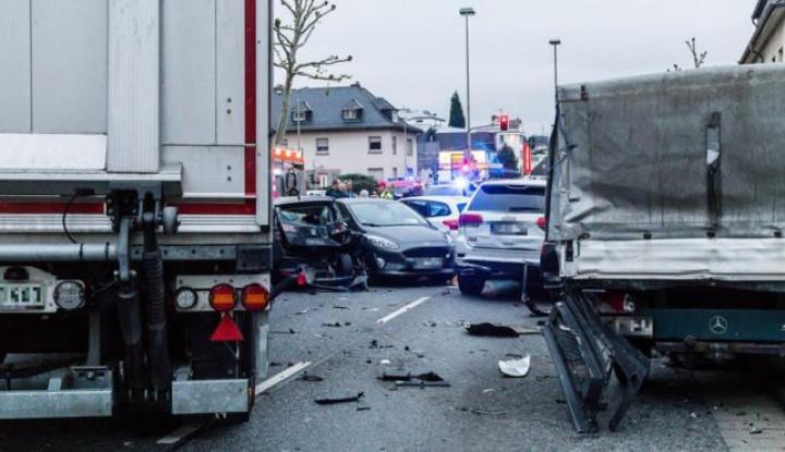 Dibajak Pria Suriah, Truk di Limburg Jerman Tabrak Puluhan Mobil - Warta Ekonomi
