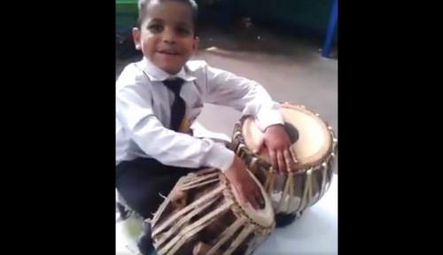 Foto Mahir Mainkan Alat Musik Tradisional, Bocah Pakistan Gegerkan Dunia Maya