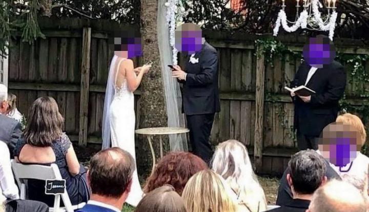 Pasangan Pengantin Ini Dibully Saat Main Ponsel di Acara Pernikahannya, Kenapa? - Warta Ekonomi