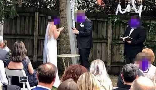 Foto Pasangan Pengantin Ini Dibully Saat Main Ponsel di Acara Pernikahannya, Kenapa?