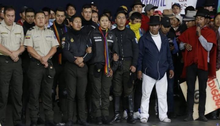 Berbeda, Pengunjuk Rasa Ekuador Tawan dan Tunjukkan Para Polisi - Warta Ekonomi