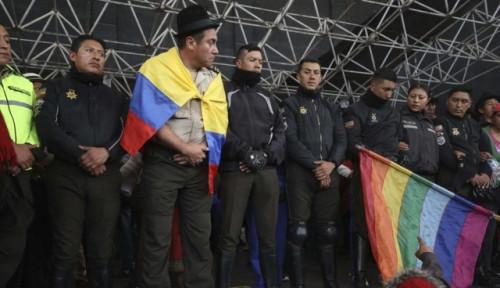 Foto Situasi Memanas, Para Demontran di Ekuador Culik 8 Petugas Polisi