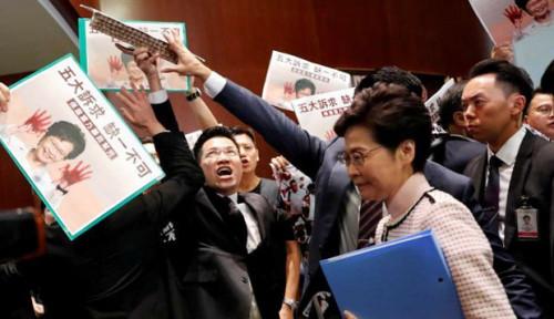 Foto Pidatonya Diinterupsi Anggota Parlemen, Pimpinan Hong Kong Lakukan. . .