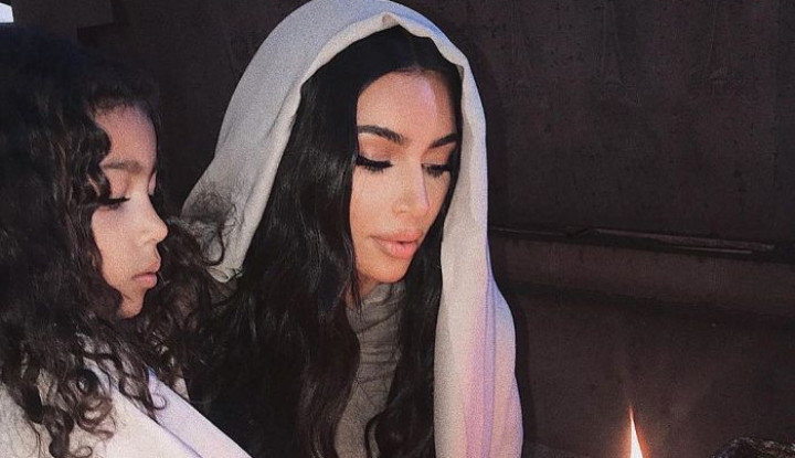 Unggah Foto ke Gereja Pakai Penutup Kepala dengan Pakaian Ketat, Kim Kardashian Tuai Kecaman - Warta Ekonomi