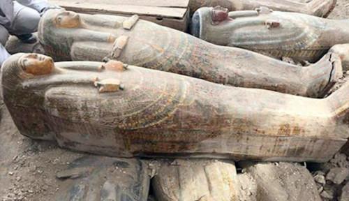Foto Arkeolog Mesir Temukan Peti Mati Kuno yang Masih Tersegel
