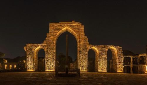 Foto Signify Percantik Qutub Minar India dengan LED