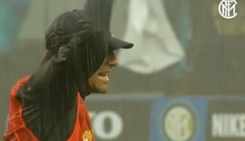 Foto Antonio Conte Paksa Skuad Inter Milan Berlatih saat Hujan Lebat