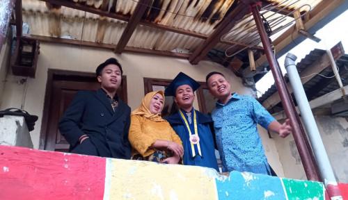 Foto Anak Sopir Taksi Jadi Lulusan Terbaik ITB