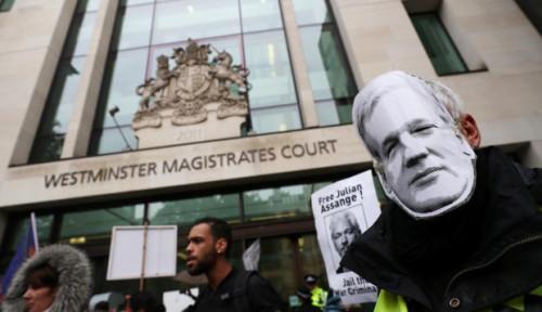 Foto Founder WikiLeaks Tampil di Pengadilan London untuk Diperiksa...