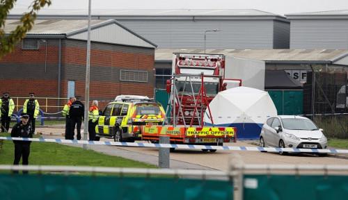 Foto Polisi Inggris Geledah Truk Kontainer, Saat Diperiksa Ada Puluhan Mayat