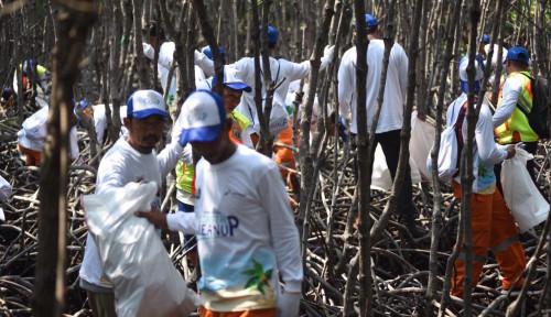 Pertamina Hulu Energi Bersih-Bersih Pantai di Pulau Seribu