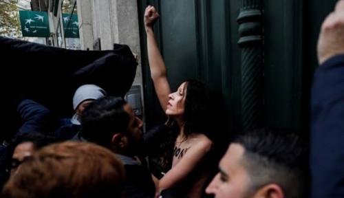 Foto Perempuan Telanjang Dada Gabung dengan Ribuan Demonstran Anti-Islamfobia