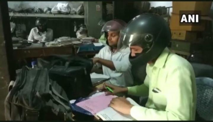 Viral Pegawai Pemerintah di India Pakai Helm saat Bekerja, Katanya untuk... - Warta Ekonomi