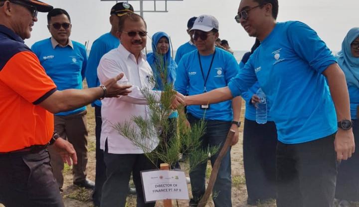 AP II Tanam Pohon Ini di Pantai Ketaping Guna Kurangi Dampak Tsunami - Warta Ekonomi