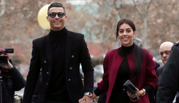 Ronaldo Asyik Berjemur Bareng Pacar saat Juve Butuh Kemenangan