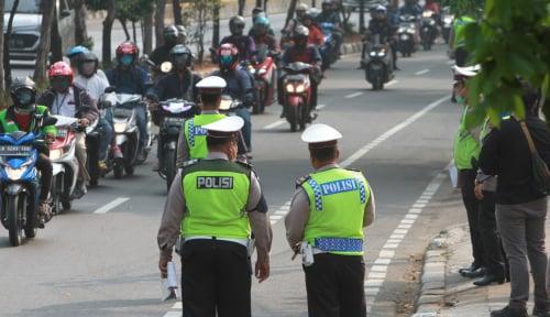 Foto PSBB Diterapkan di Jakarta, Pesepada Motor Dilarang Berboncengan