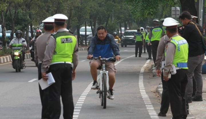 Pesepeda Masuk Jalan Tol, Polisi Langsung Bereaksi Begini...