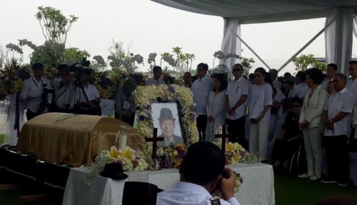 Foto Warga Iringi Ciputra ke Peristirahatan Terakhir, Selamat Jalan Pak Ci...