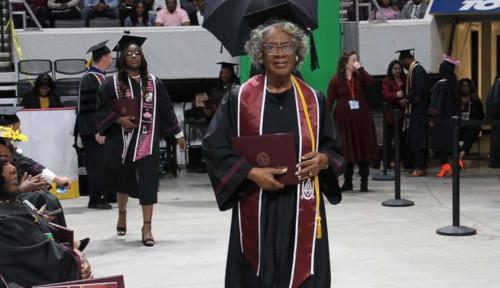 Bisa Dicontoh! Nenek Ini Jadi Sarjana Tertua saat Usianya 80 Tahun, Motivasinya Mantap!