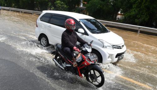 Foto Jakarta Dikepung Banjir, Pak Polisi Kasiih Izin Motor Masuk Jalan Tol