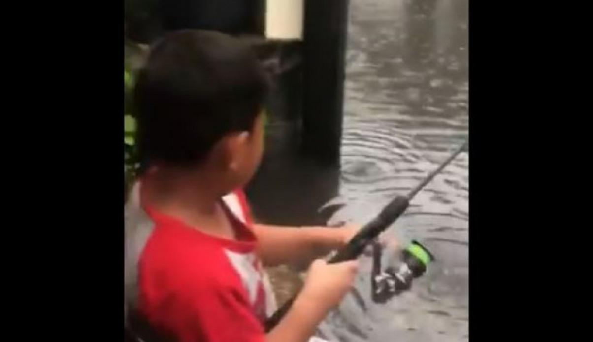 unik banget, bocah ini sukses pancing ikan nila di tengah banjir, bapaknya: terima kasih jakarta!