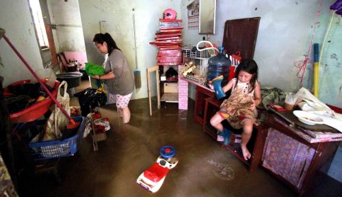 Foto Ratapan Korban Banjir ke Gubernur: Gak Ada Peringatan Dini, Sama Sekali