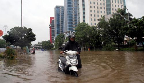 Foto Banjir Semeter, Jalan Utama Yos Sudarso Terputus
