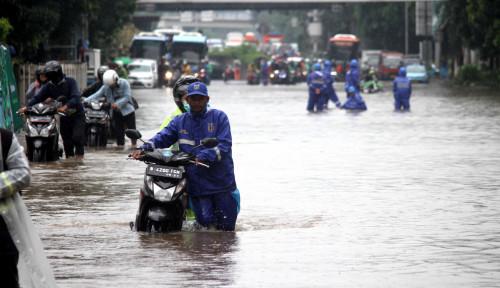 Foto Hujan, Puluhan Rumah Warga Jaktim Terendam Air
