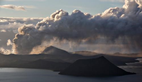 Foto Gunung Api Taal Filipina Erupsi, 84 WNI Dievakuasi ke KBRI Manila