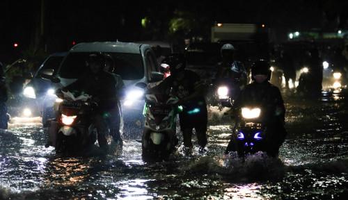 Foto Tak Cuma Jakarta, Banjir Padamkan Listrik di Karawang hingga Purwakarta