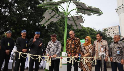 Foto Solar Tree, Pohon Listrik Ramah Lingkungan Hadir di Tengah Taman Alun-Alun Bandung