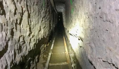 Foto Ada Lift, Jalur Kereta hingga Ventilasi Udara, Terowongan Penyelundupan Manusia Terungkap