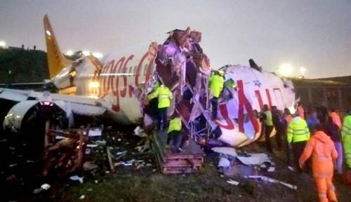 Patah Jadi Tiga, Pesawat dengan 177 Penumpang Tergelincir di Istanbul