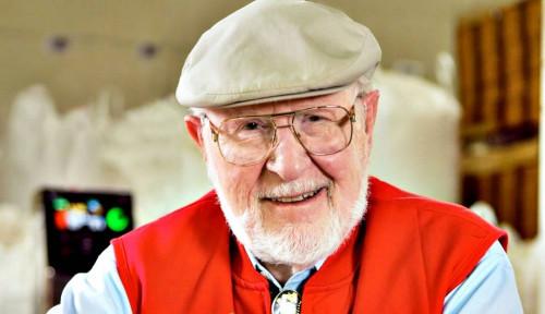 Foto Idaman! Bos Ini Bagi Kekayaan ke Karyawan dan Tetap Kerja Meski Sudah 91 Tahun!