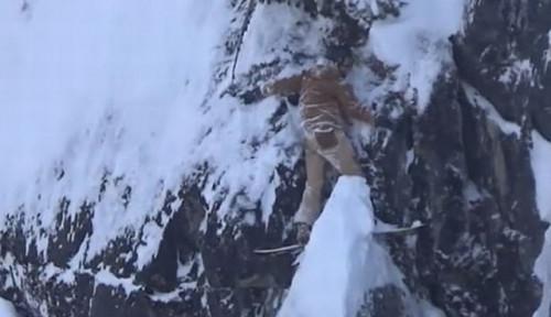 Foto Snowboarder Terjebak dan Tergantung di Pinggir Tebing Selama 2 Jam, Kondisinya...