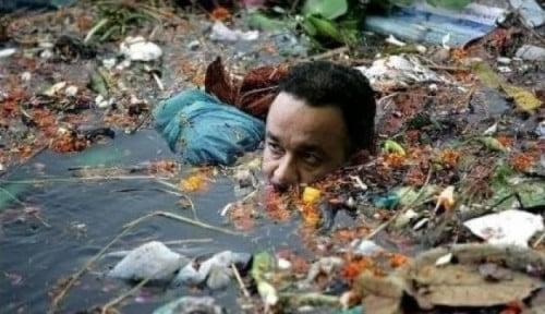 Foto Geger Foto Anies Lagi Berendam di Air Penuh Sampah, Abak Buahnya Bilang...