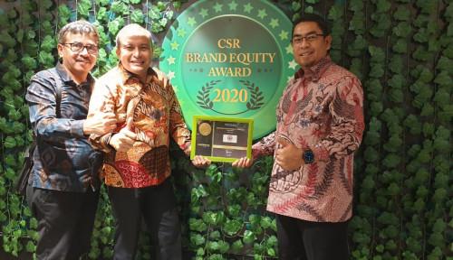 Foto Semen Padang Raih Gold Brand Equity Award