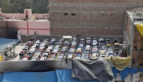 Setelah Kerusuhan, Muslim India Salat Jumat di Atap Masjid yang Sudah Terbakar