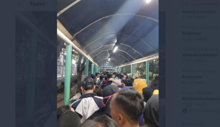 Anies Batasi Orang dalam Halte, Eh Penumpang Disuruh Antri Satu Lencang Depan - Warta Ekonomi