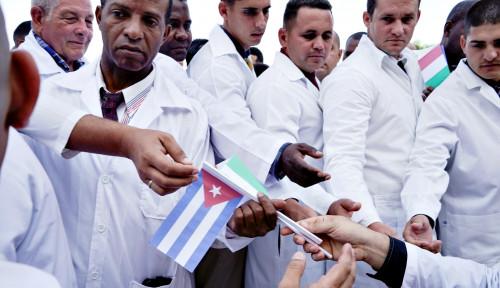 Foto Standing Applause Sambut Para Dokter Kuba Setibanya di Italia