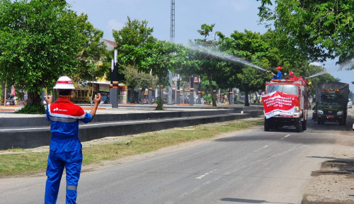 Foto Cegah Penyebaran Covid-19, Pertamina EP Asset 4 Field Semprot Jalanan Cepu