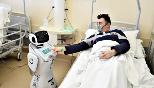 Foto Robot Tommy Bantu Petugas Medis Italia Merawat Pasien Positif Corona