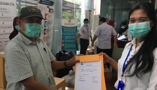 Foto La Nyalla Academia Serahkan 300 Unit APD dan 100 Masker ke RS Unair Surabaya