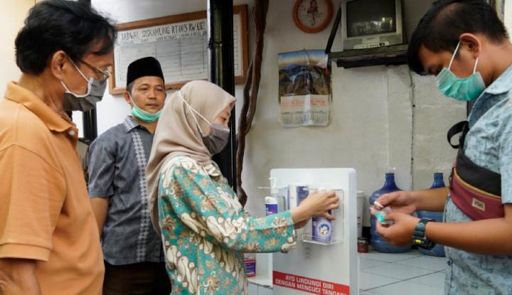 Universitas Pertamina Produksi dan Bagikan Hand Sanitizer kepada Warga Kelurahan Grogol Selatan