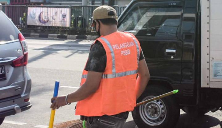 Sanksi Sosial Bagi Pelanggar PSBB: Cabuti Rumput dan Bersihkan Trotoar