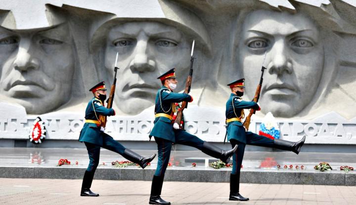 Kejadian Kocak Tentara Rusia Pembawa Bendera Pusaka di Parade Militer Kemenangan