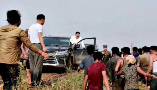 Langka! Kim Jong-un Blusukan ke Desa Terdampak Banjir